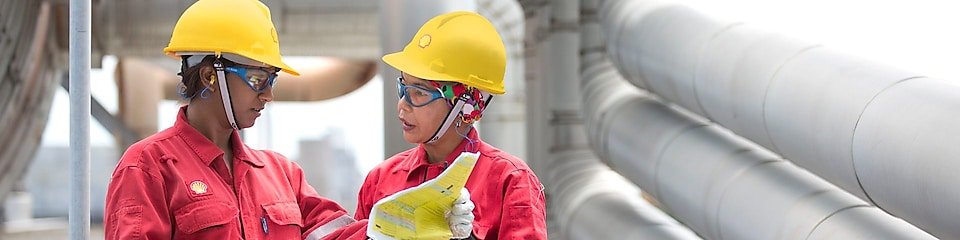 two workers discussing a project in a refinery in Malaysia, Bintulu ATl, rercuitment, Malaysia 2013