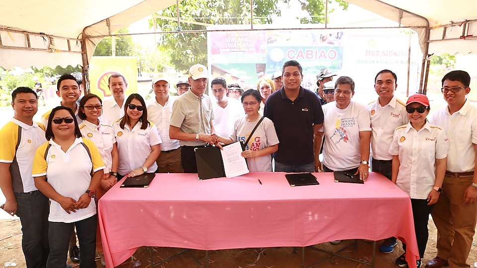 Officials from Shell, Gawad Kalinga, and the Cabiao municipality pose for a group photo after the signing of the memorandum of agreement.