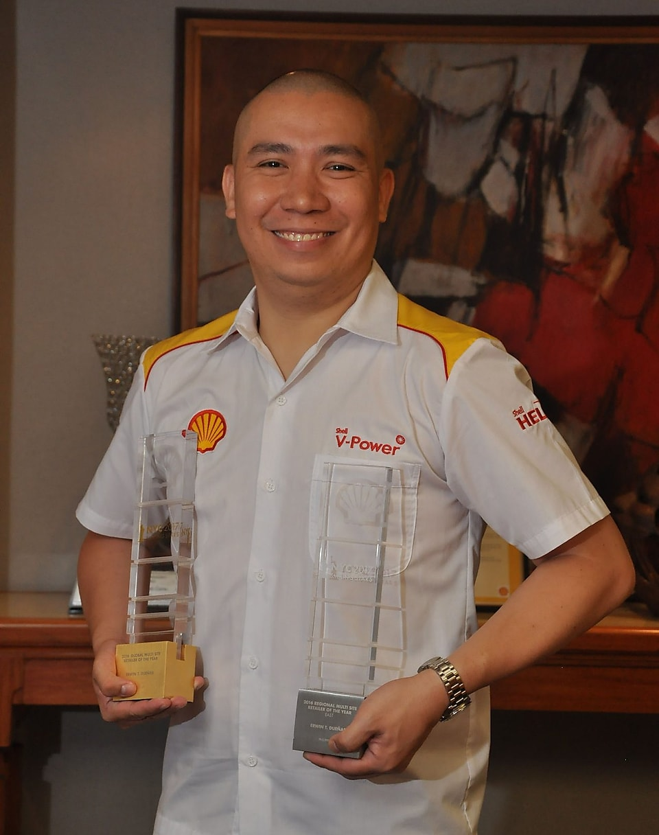 Erwin Duenas, 2016 Multi-Site Retailer of the Year awardee at Shell Global Smiling Stars awards