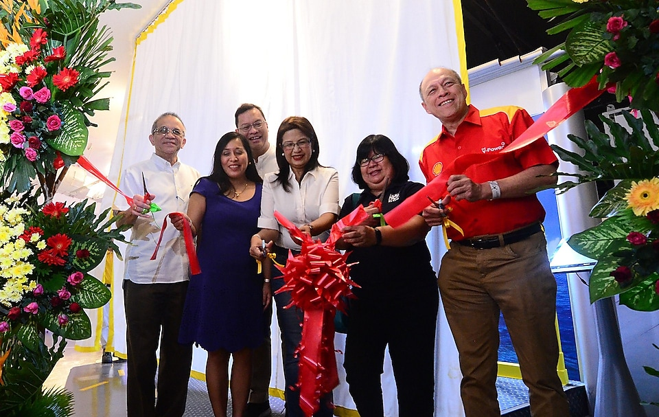 Shell officials cutting the ribbon to signify start of the exhibit